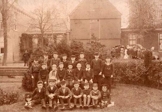Schoolkinderen poserend voor papierpakhuis D'Bijkorf, 1890-1891 [GAZ 21.32939]